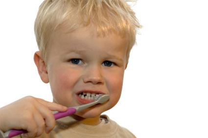 L' uso dello spazzolino da denti: un nuovo gioco da insegnare ai bambini