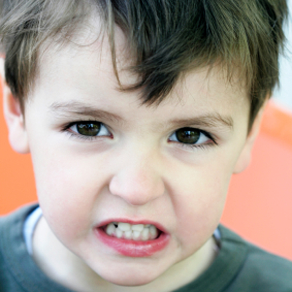 Почему дети скрипят зубами днем