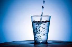 Acqua frizzante? Può far male a stomaco e denti.