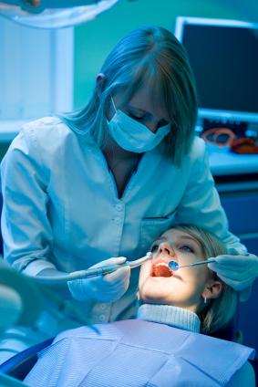 Trapano addio: il dentista curerà le carie con un getto di gas plasma
