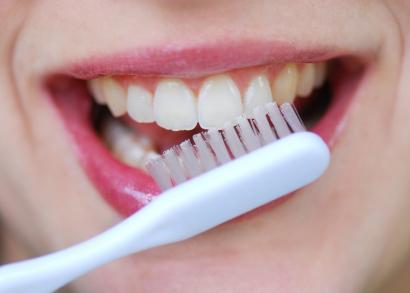 No allo spazzolino subito dopo i pasti: si rischiano danni seri ai denti