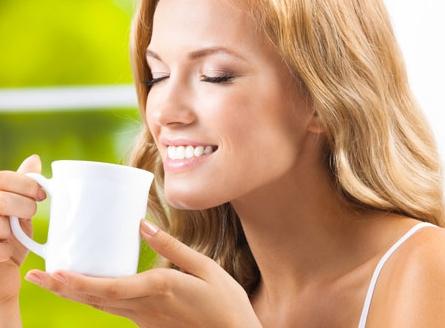 Il tè al latte è uno sbiancante naturale, per denti senza macchia.